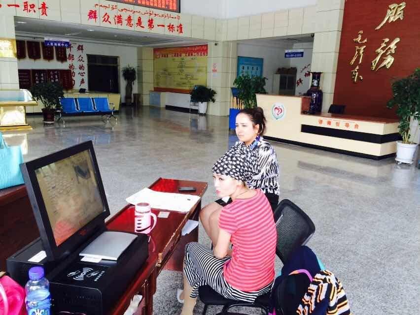 新疆阿克苏拜城县行政服务中心访客登记系统使用现场。